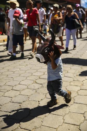 Identificación profunda e implícita.El juego para representarse, en las calles, a todas edades, algo natural y muy emocionante.