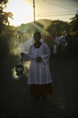 Abarrotando de fé al pueblo ¡mucho silencio!El Santo Cristo Negro entra a la adoquinada ciudad folclórica.