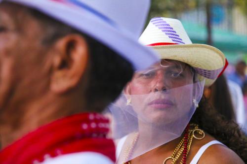 Miradas comedidas que entre lo difuso dibujan líneas de fe por las calles de Santa Cruz, el baile los Indios Promesanos, custodio de la devoción a Esquipulas.
