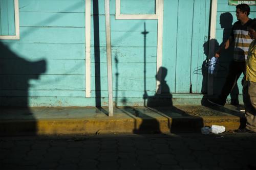 La toma de Santa Cruz: alta temperatura y quietud, el reparto de la bendición por los barrios, la itinerante hazaña del Santo Cristo de Esquipulas.