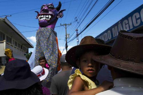 """Imponentes máscaras se mecen en los cielos, un desfile que anuncia el comienzo de la """"montadera""""."""