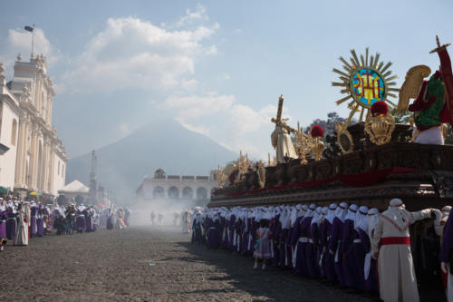 Domingo de Ramos, Catedral de San José, Antigua, Guatemala. Calor insoportable, incienso inagotable.