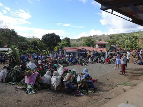 Durante el Acto Oficial de Declaratoria del baile o fiesta de los Diablitos como Patrimonio cultural inmaterial de Costa Rica, los diablos se detienen y forman un círculo para escuchar las palabras de la señora Ministra, representantes de la Asociación y la Comisión de Diablos.