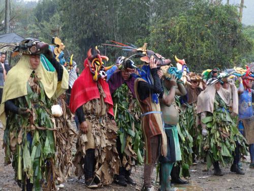 Las bombetas atraen la lluvia justo en el momento de entrada de todos los Diablos al centro de Boruca, donde se realiza la gran matanza. Se dejan de lado los sacos de gangoche y con hojas de Bijagua se lucen las mejores máscaras.