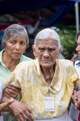 Con poco más de un centenario de estar en este mundo, Doña Eulalia Mendoza se ve auxiliada para abandonar las actividades oficiales. El sol nicoyano no es clemente: nos castiga a todos por igual.