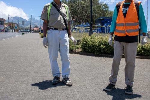 Trabajadores informales del cantón de Coronado, usando guantes de latex para protegerse contra la pandemia de Covid-19, Marzo 2020.