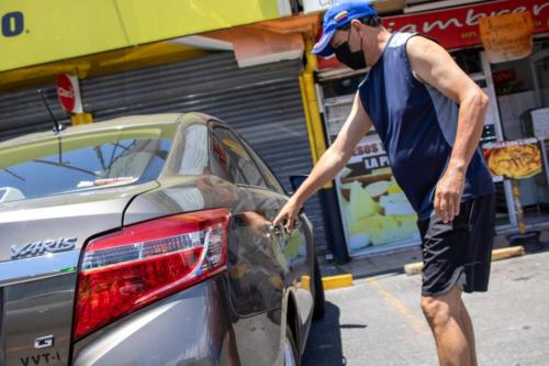 Cliente en comercios de Coronado tomando sus precauciones contra la pandemia de Covid-19, Marzo 2020.