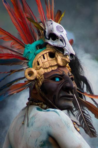 Cuán orgulloso estaría Cuasrán de ver a sus guerreros luciendo sus mejores galas, luchando con brío contra el toro, invasor español.