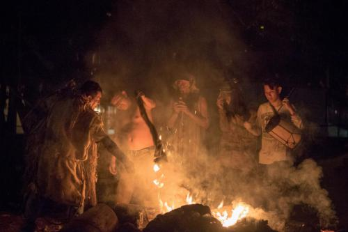 """En medio de una gran hoguera arden los restos del """"toro"""", los borucas celebran, esta actividad marca el cierre del baile de los diablitos."""
