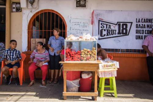 Esta escena estoy seguro que no ha cambiado en el tiempo. Las mujeres, las comidas criollas y la calle.