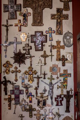 Y de este lado tengo la colección de Papas, ya la vió? Me dice entusiasmada doña Vilma mientras ve como tomo una foto de su basta colección de cruces.