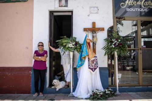 """Orgullosa, su trabajo: concluido, espera la procesión. No le molesta que la retrate más bien parece posar. Las calles de todo León se engalanan para festejar la """"Semana Mayor"""""""
