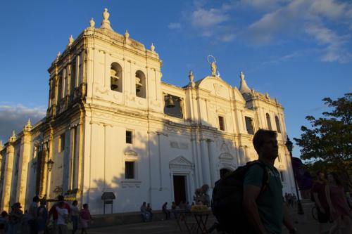 Una tarde en la catedral, punto de encuentro entre creyentes y espectadores. A punto de dar inicio (el espectáculo, la obra).
