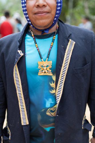 Cada personaje importante lleva un distintivo - un collar que se les entrega desde el primer día. Lo cargan con orgullo durante las fiestas, así como cargan la responsabilidad que conlleva el mismo.