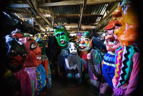 Las máscaras toman un paciente descanso, mañana invadirán las calles y los sueños de la gente, su baile tiene ritmo de recuerdos remotos