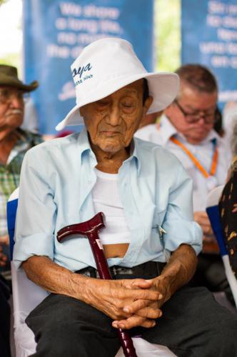 """""""Nonagenarios de Carrillo, sentados por allá. Octagenarios de Hojancha, por aquí. Centenarios de Nandayure, ustedes van al frente."""" En lo que se sentía como un acto cívico de escuela, la población de los diversos cantones de la Zona Azul costarricense se acomodaba para recibir a los diversos ministros y apreciar el show cultural preparado para ellos."""