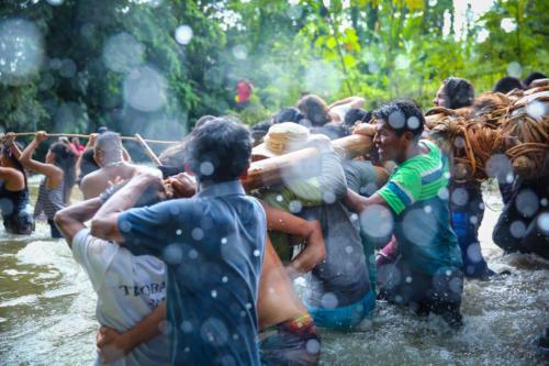 Euforia en los rostros, brazos y cuerpos que purifica el agua cuantas veces puede.