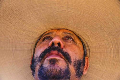 El típico sombrero Tortilla, sombrero de lona de ala ancha del sabanero.