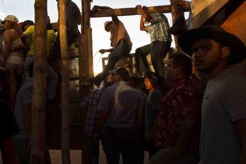 Al ser la barrera la frontera entre el estar encerrado cara a cara con el toro o estar de espectador, se crea un ambiente entre incertidumbre y disputa por el espacio con tal de saber qué está sucediendo del otro lado.