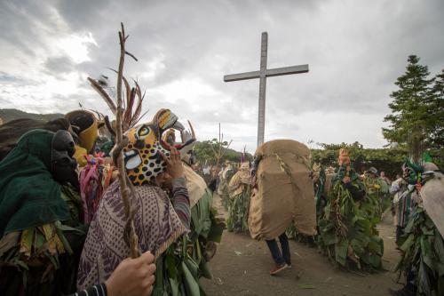 Los diablos también tienen religión. Aquí juegan frente a la plazoleta de la iglesia católica de Boruca.