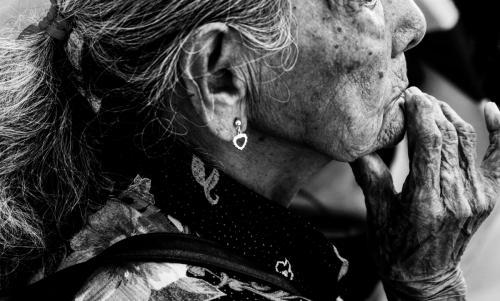 En los últimos años se comenzó a registrar un interés cada vez más importante dela ciencia hacia las zonas azules. Una de las razones que explica la inclinación porestos estudios reside en que existe una nueva visión sobre la tercera edad y lospilares de una vida saludable. Los secretos de esta longevidad residen enhacer ejercicio de manera regular, alimentarse de manera sana y priorizar lasrelaciones sociales.