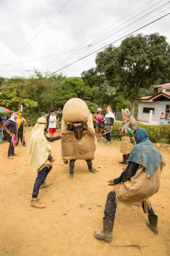 La incitación al toro, el juego: Este es el baile de los diablitos.