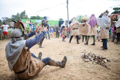 """""""Esa torito, esa, esa"""", gritan con ritmo los diablos menores, mezclando sus voces con la música que acompañan. Los jóvenes están ansiosos de jugar, de enfrentarse al toro y demostrar su valía."""