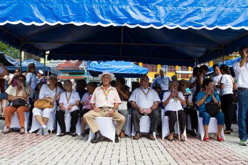 Protegidos del sol por unos llamativos techos azules se encontraban los participantes del Acto Inaugural del Encuentro Mundial de Zonas Azules, que tuvo lugar en el Parque Central de Nicoya.